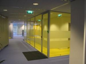 Gesloten kantoor achter gezandstraald glas