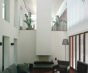 De dubbelhoge woonkamer met open haard