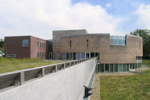 Rieten gevel bibliotheek met op onderste verdieping muziekschool en parkeergarage