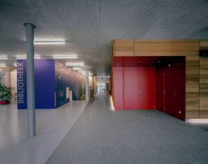 Entreehal met links bibliotheek en rechts grote zaal