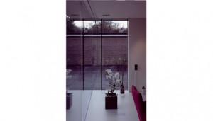Glasgevel woonkamer met bijna onzichtbare hoek