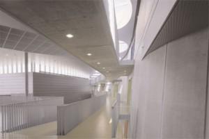 Centrale hal met links sportzaal