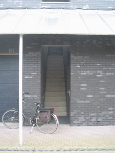 De buitentrap als scheiding tussen woningen