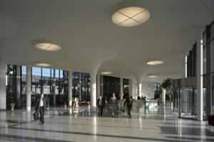 Fraai gestileerd hol stucwerk rondom gewone ronde kolommen