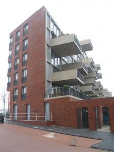 De zuidgevel met ver uitkragende balkons
