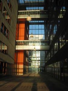 De passage, waar loopbruggen de kantoorblokken met elkaar verbinden