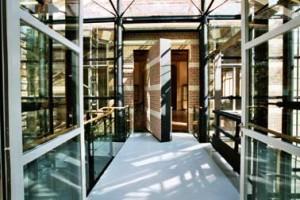 Met baksteenstrips beklede taatsdeur als verborgen doorgang van oud naar nieuw