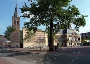 Links de nieuwbouw en rechts het oude raadhuis