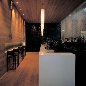 De bar met rechts het kralengordijn