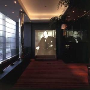 Lobby met portret Winston Churchill