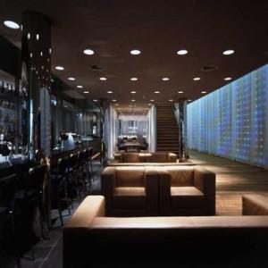 Doorzicht vanuit bar-lounge naar brasserie