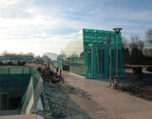 De grotendeels glazen constructie bovengronds