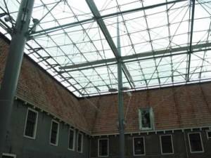 Glazen kap boven de binnenplaats