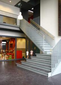 Sobere hal en kleurrijke klasruimte