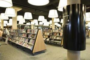 De boekenkasten met gekantelde onderkant