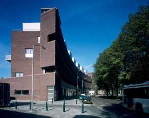 Gebogen blok langs de Volendamlaan