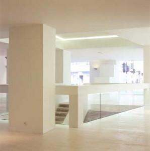 Interieur met brede bordestrap naar kelder