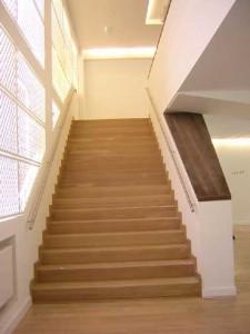 Interieur met verbrede trap en aluminium luiken
