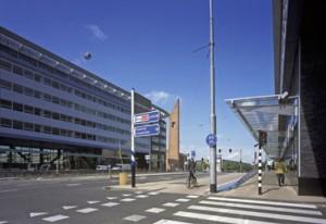 De geluidsluwe boulevard tussen de twee gebouwen