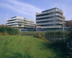 Twee van de drie gebouwen aan het water uit het westen