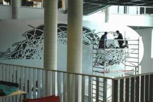 Kunstwerk wordt aangebracht op de buitenzijde van de collegezaal