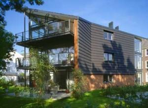 In vormgeving sluit het appartementengebouw aan op de villa's