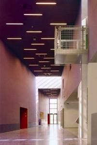 Wigvormige foyer dwars door de drie bouwstroken