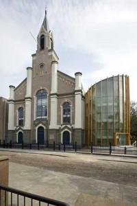 Gerestaureerde entreegevel kerk en nieuw entreegebouw aan de Coehoornsingel