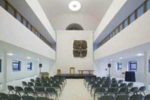 Het interieur van de kerk. De stoelen zijn inmiddels vervangen door eigentijdse oranje exemplaren