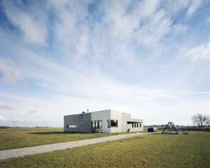 Het huis is één met de horizontaliteit van het landschap