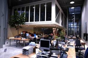 Kantoortuin met flexibele werkplekken en stalen binnendoos met verdieping