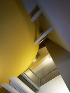 Het ovaal met de lounge lijkt te zeven in de ruimte Ex Interiors + Jaco de Visser Architects, Utrecht (NL)