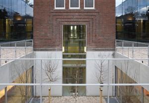 Zicht op de vergaderruimten via de binnentuin. Het venster verbindt het souterrain met het bovengrondse deelEx Interiors + Jaco de Visser Architects, Utrecht (NL)