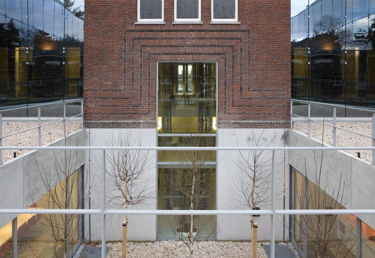 Bestuursgebouw koninklijke visio huizen for Huizen architectuur