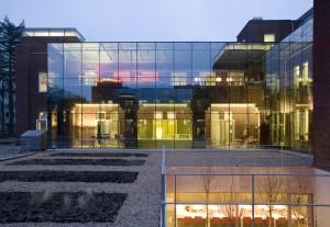 Rechtervleugel met gekleurde dozen bij avond Ex Interiors + Jaco de Visser Architects, Utrecht (NL)