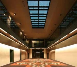 Vergaderzaal niveau -2 met zicht op de glazen vloer van het atrium