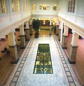 Vanaf de verdieping is door de glazen vloer van het atrium de vergaderzaal zichtbaar
