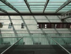 Loopbrug door de vide onder het nieuwe glazen dak