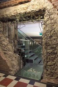 Dwars door kluismuur is verbinding gemaakt tussen nieuwe liften en omloop van vergaderzaal naar kelder
