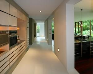 Corridor met links ingebouwde kastenwand en rechts uitbouw