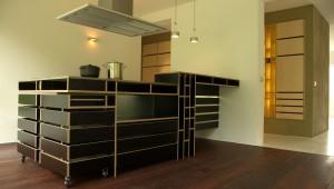 Keukenblok uitgevoerd in zwarte colorply