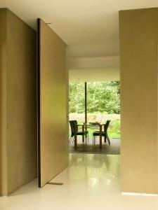Zicht vanuit hal op woonkamer en tuin