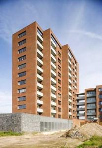 De toren en de aansluiting op het blok met de huurwoningen vanuit het zuiden