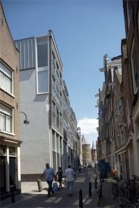 Vooroverhellende gevels en knikkende rooilijnen bij de nieuwbouw aan de Bloedstraat