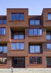 Detail straatgevel, afwisselend gepositioneerde balkons zorgen voor een Escher-achtig effect