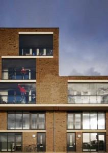 Balkons met glaswanden hebben een tweede functie als wintertuin