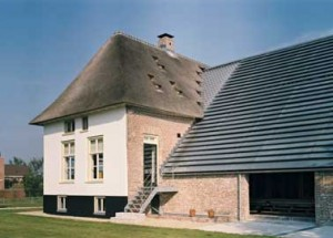 Het gerestaureerde voorhuis naast het gerenoveerde achterhuis