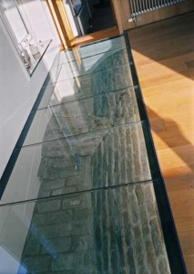 Het gewelf van de kelder is zichtbaar gemaakt in de vloer van de keuken