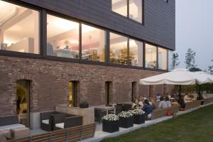 Restaurant en terras, daarboven de open gevel van de bel-etage