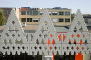 De gevels van het hoofdgebouw geschilderd in het patroon dat geënt is op het werk van Dom van de Laan
